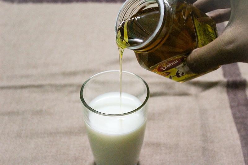 Как лечить кашель народными средствами молоком