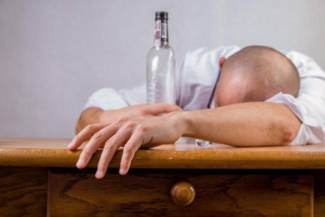 Как проявляется алкогольное отравление у человека и как его вылечить?