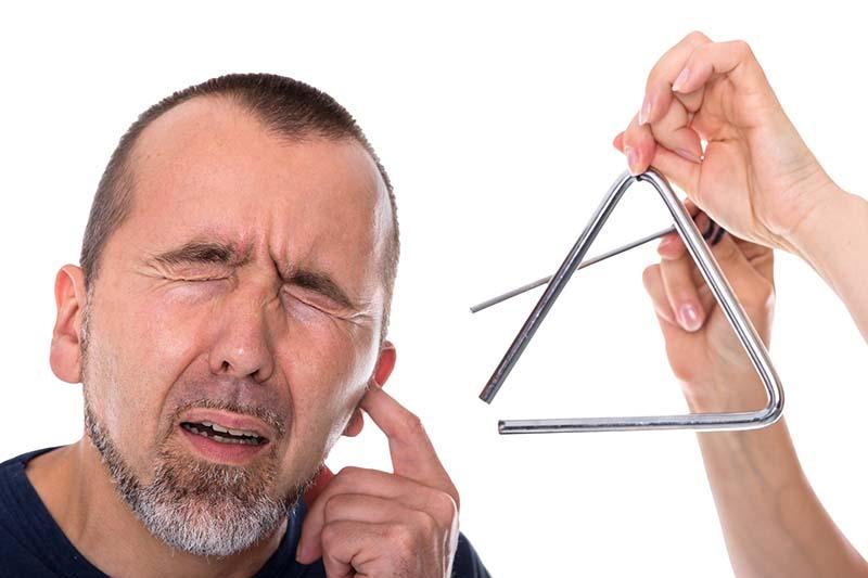 Почему возникает шум в ушах и как его лечить