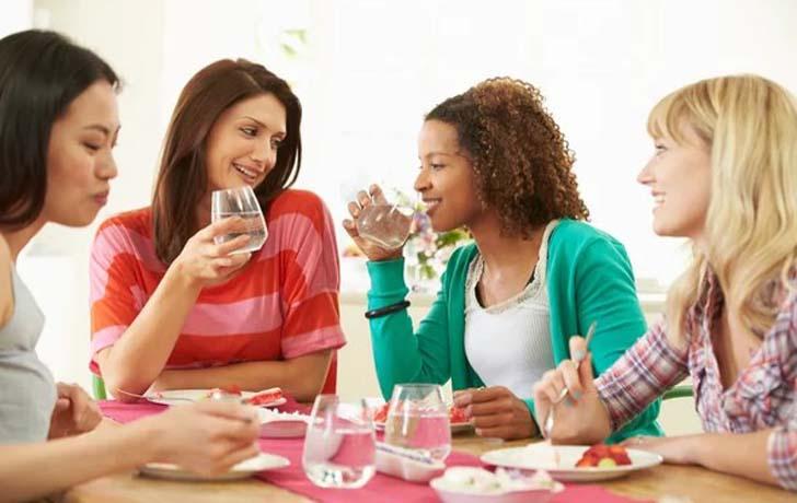 Можно ли пить воду во время еды — аргументы «за» и «против»