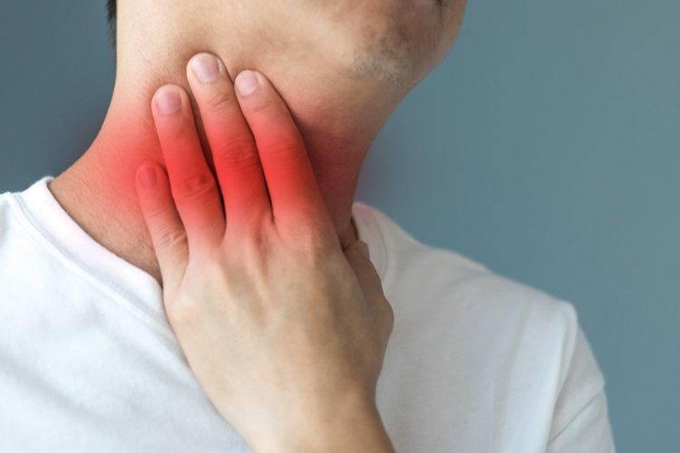 Что делать если болит горло и ухо с одной стороны