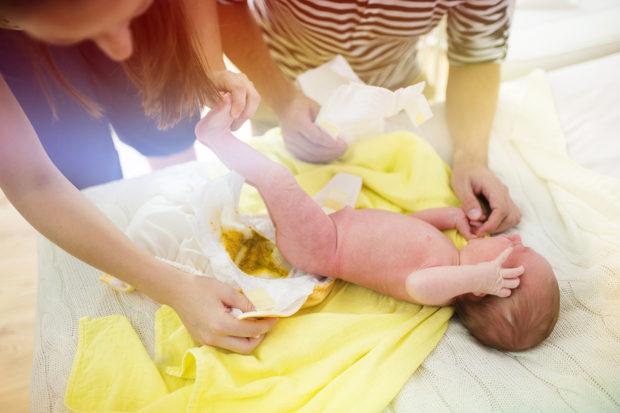 Причины, сопутствующие симптомы и методы устранения слизи в кале у ребенка