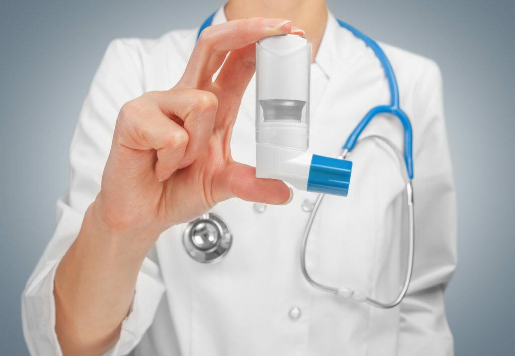 Неотложная помощь при приступе бронхиальной астмы. какой алгоритм действий первой помощи?