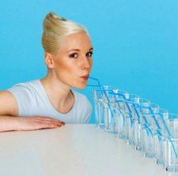 Сколько стаканов воды в день надо пить — полезная и опасная дозы