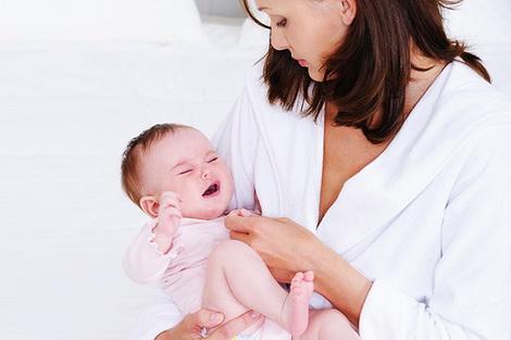 Боль в животе у новорождённого — как помочь и что делать?