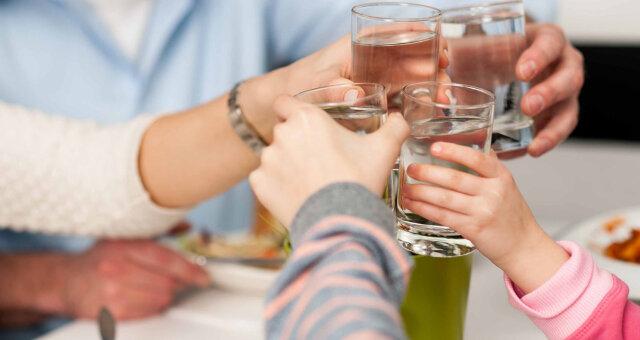 Можно ли запивать еду – ученые сражаются за правду, или наука нам в помощь