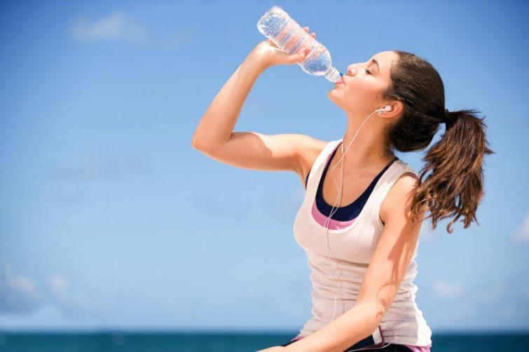 Пить или не пить: почему не всегда стоит следовать правилу 8 стаканов воды в день