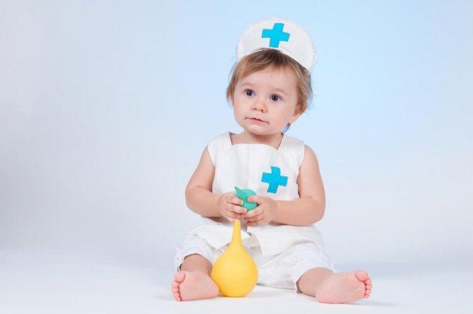 Клизма ребенку при запоре: виды растворов и порядок выполнения процедуры