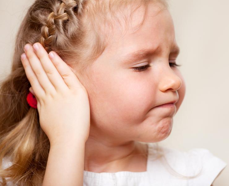 Можно ли гулять с ребенком при отите: рекомендации врачей