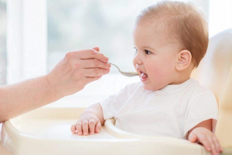 Режим кормления ребенка до года. чем кормить ребенка в первые месяцы жизни?
