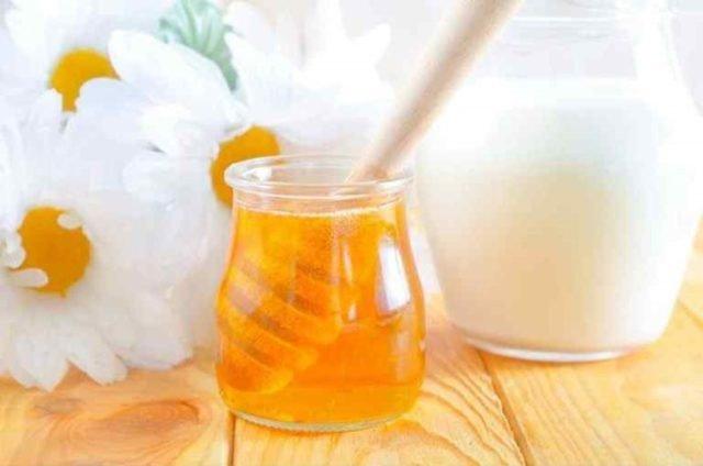 Как принимать молоко с добавлением соды и меда от кашля