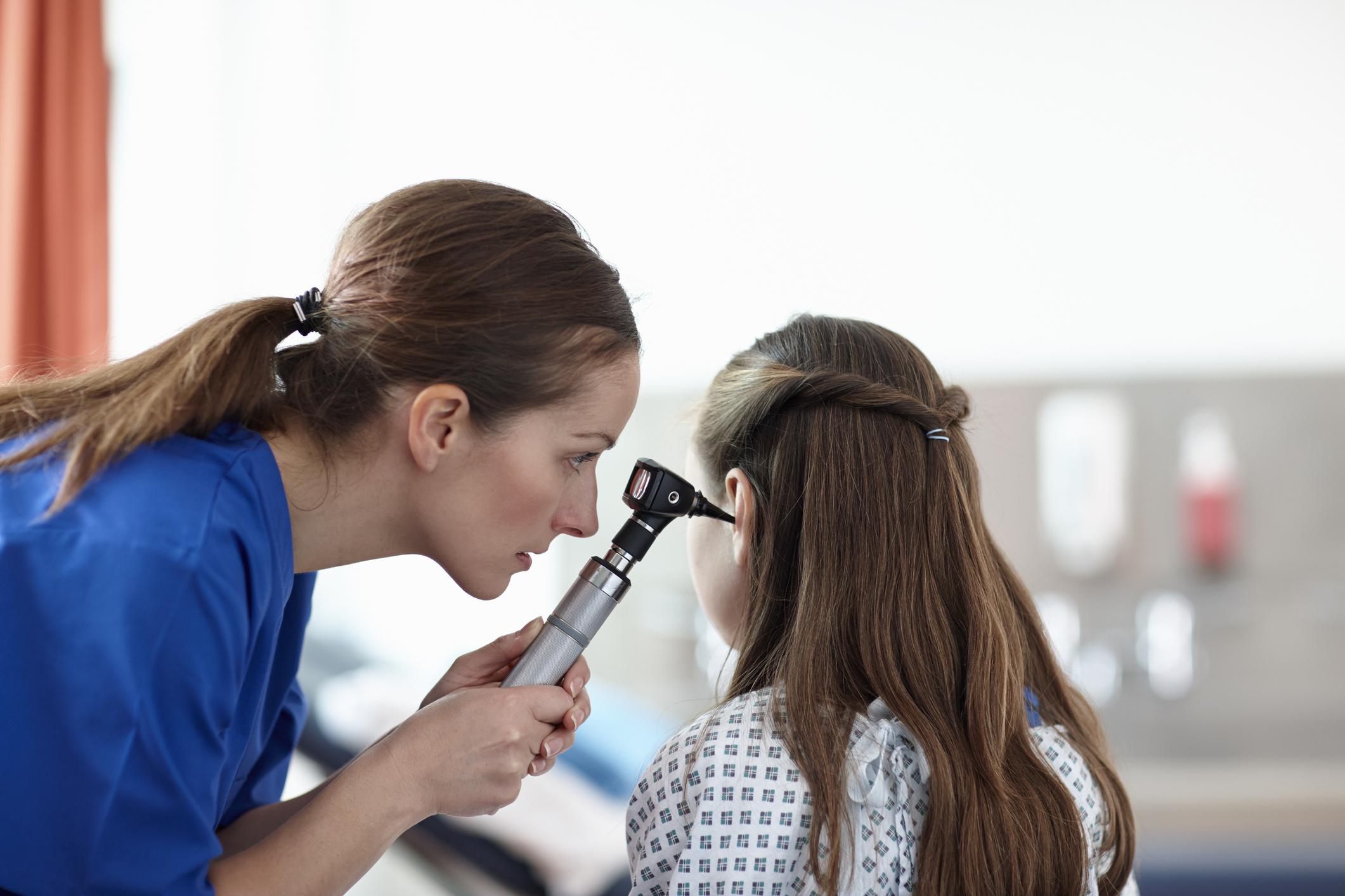 Как применять борную кислоту для облегчения состояния при отите и прочих заболеваниях ушей?