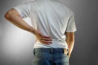 Боль в спине ниже поясницы: причины, лечение. боль в спине слева, справа ниже поясницы: причины