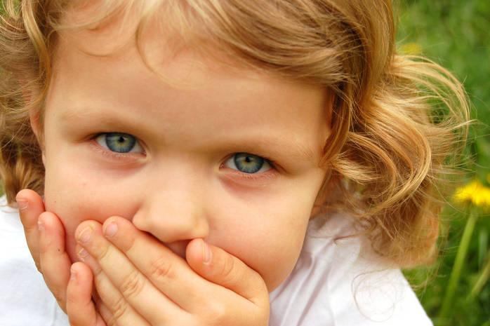 У ребёнка рвота: устраняем причину и оказываем первую помощь с последующим лечением