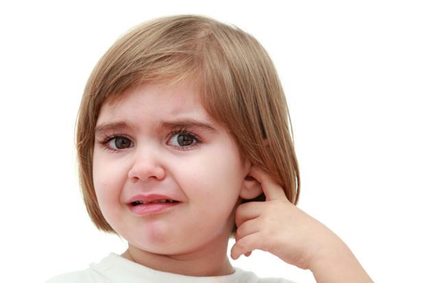 Лечение отита у взрослых народными средствами, каплями, антибиотики. симптомы хронического, острого, гнойный, экссудативный, грибковый
