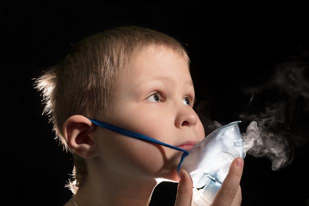 Как проводить ингаляции при пневмонии небулайзером и какие препараты используются?