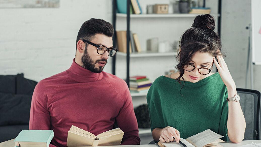 Ученые выяснили, почему мужчины боятся умных женщин