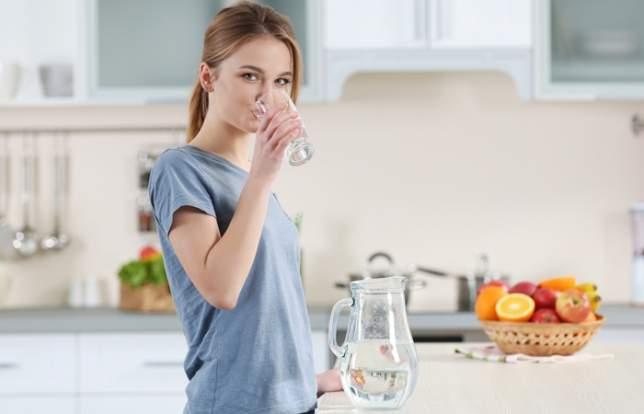 Восемь стаканов воды ежедневно - медицинский миф?