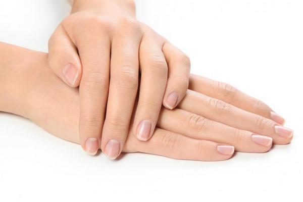 Почему появляются белые полоски и точки на ногтях и как избавиться от них