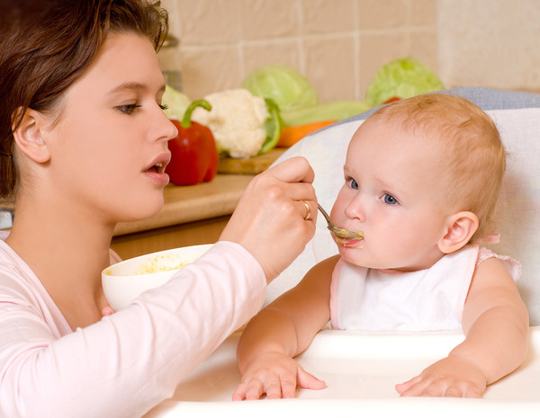 Твердая пища для детей: когда и как можно давать
