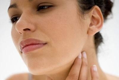 Болит горло и ухо одновременно - причины и лечение
