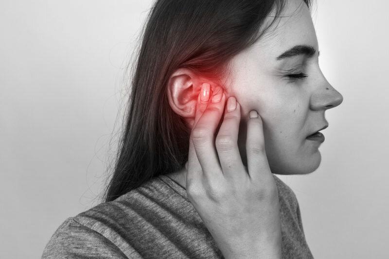 Боль в ухе у взрослых. первая помощь, причины и лечение, что делать в домашних условиях