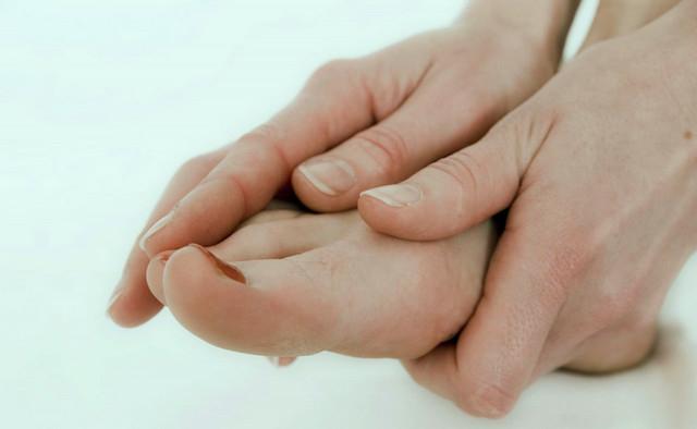 Настоящее блаженство – массаж стоп: польза и вред, техника процедуры, видео уроки
