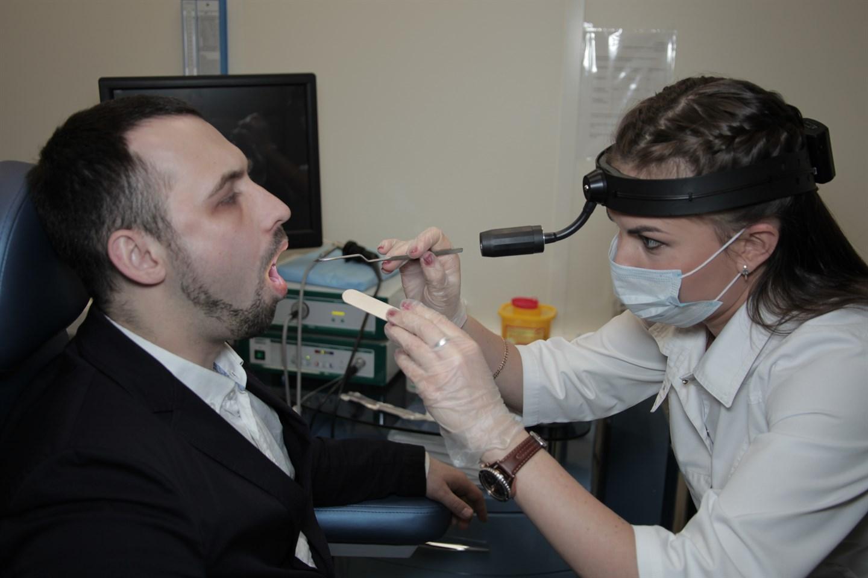 Причины возникновения паратонзиллярного абсцесса горла и его лечение