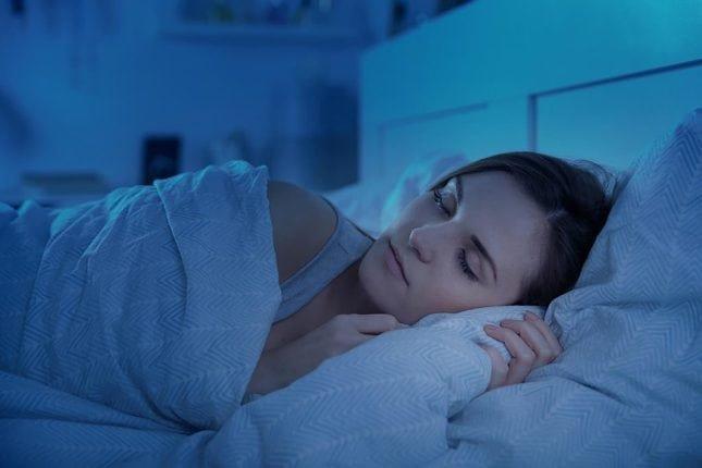 Сколько нужно часов спать человеку, во сколько  ложиться, чтобы выспаться