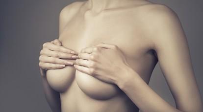 Набухает грудь перед месячными: сроки, патологические причины