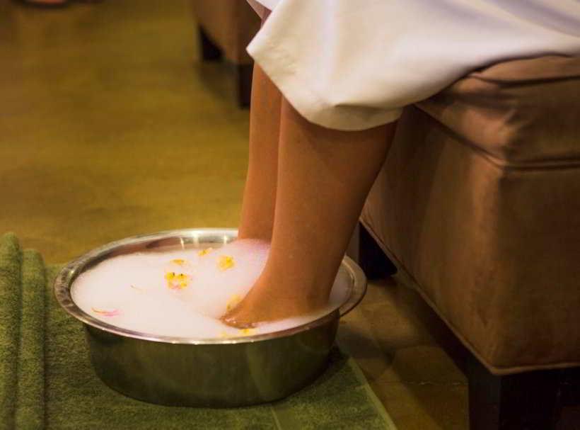 Можно ли парить ноги при лечении бронхита: показания, противопоказания, советы