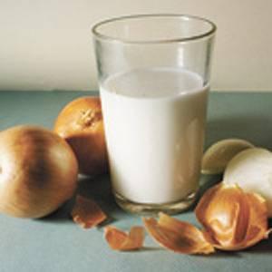 Как применять молоко с луком от кашля: рецепт