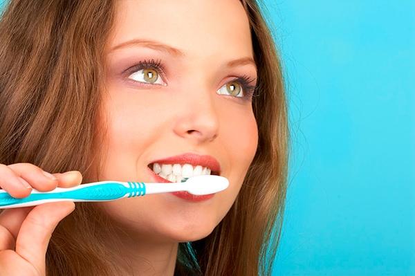 Народные методы отбеливания зубов: сода, перекись водорода, уголь