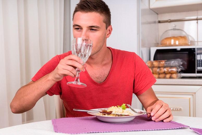 Ученые доказали, что выпитые в день 8 стаканов воды не прибавляют здоровья // нтв.ru