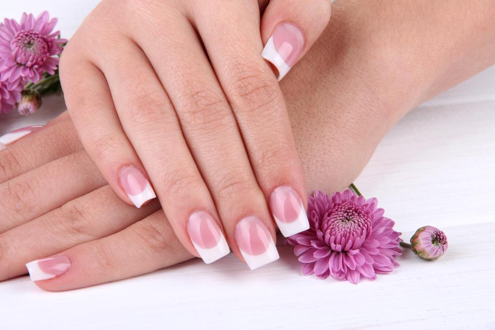 Причины появления белых полосок на ногтях