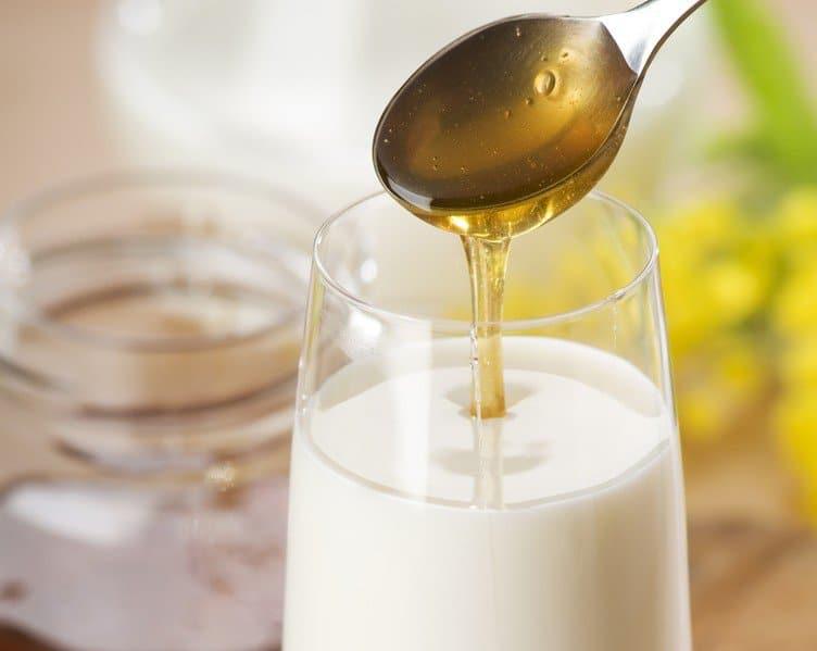 Самые эффективные рецепты молока с минералкой от кашля