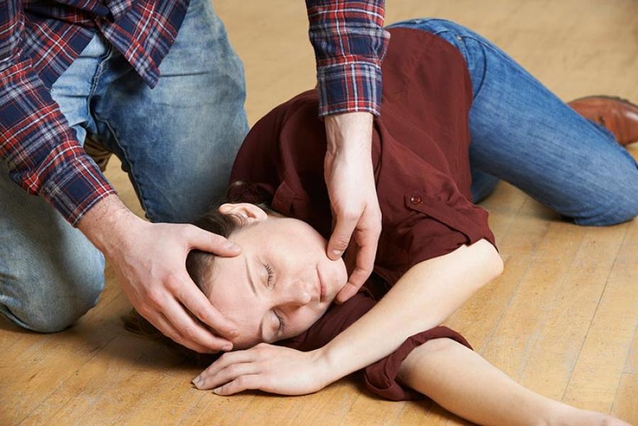 Обморок: причины, первая помощь, симптомы, лечение
