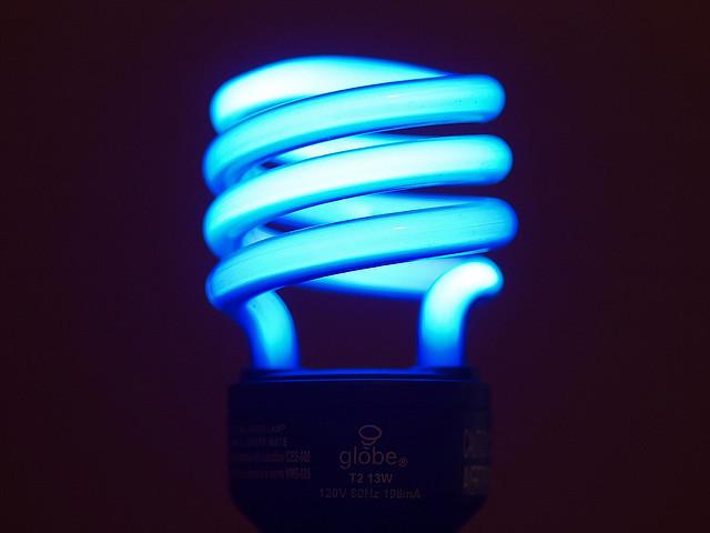 Разбилась энергосберегающая лампочка: что делать, насколько опасно для здоровья
