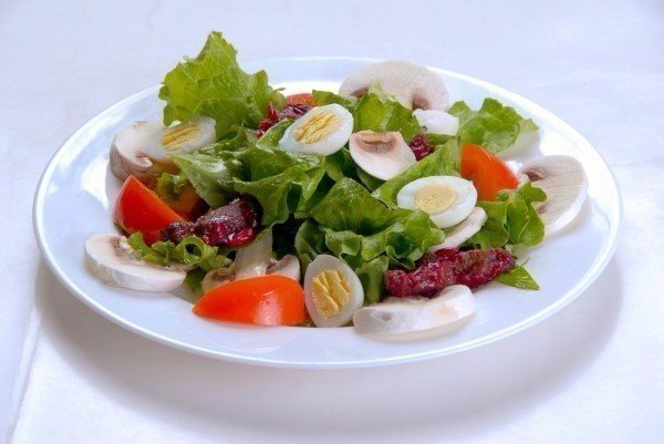 Диетические салаты: как правильно готовить еду для худеющих