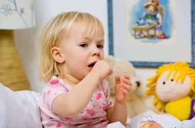 Особенности лечения лающего кашля с признаками высокой температуры у ребенка